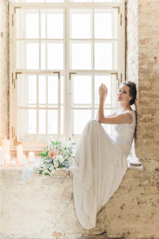 Ornate Candelit Peach & Blue Wedding Inspiration | Gabriela Jarkovska 35