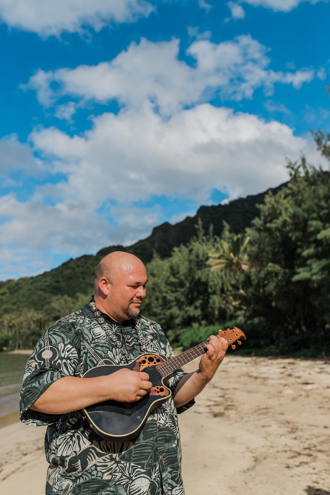 Intimate & Scenic Traditional Hawaiian Lei Exchange Elopement – Chelsea Stratso 15