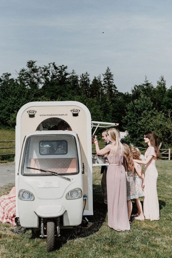 Pretty Meadow Wedding in the Czech Republic – Carols Darkroom 29