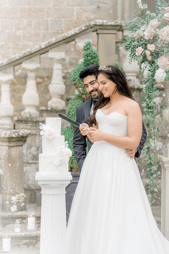 Fairytale Royal English Wedding Inspiration at Clearwater Castle – Sara Cooper Photography – Smitten Weddings 46