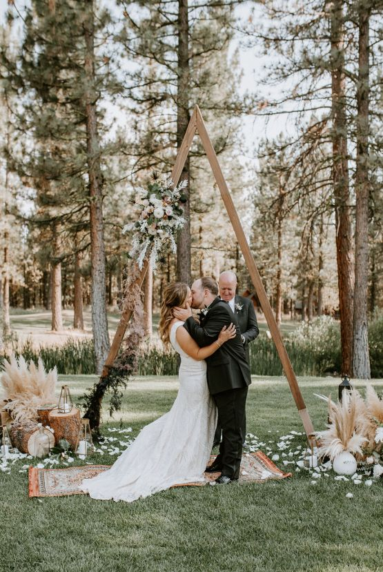Red Poppy Photography – The Best Outdoor Wedding Inspiration – Chalet View Lodge – Bridal Musings 1